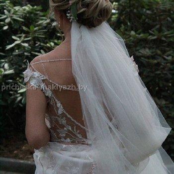 Свадебная прическа с фатой под низким пучком